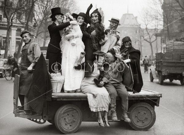 Til ære for Mardi Gras; En liten parade med utkledte unge kvinner, slik tradisjonen var tidligere i Paris.1952