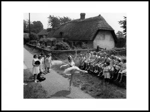 Dans for barna i Little Hadham, 1952